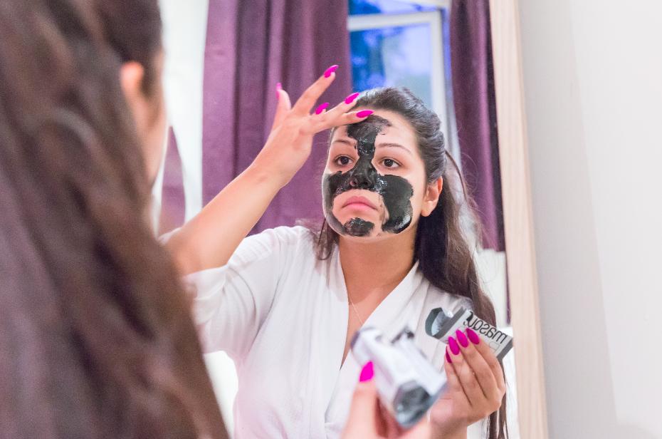 Application of Luminizing Charcoal Peel Off Mask